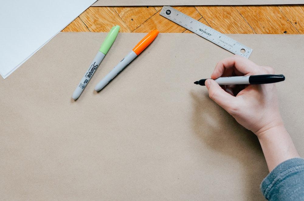紙にペンで描く