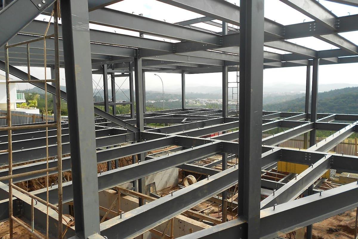 鉄骨造の建設現場